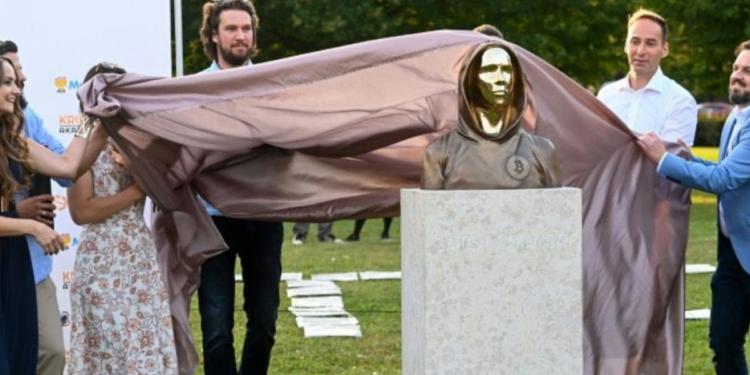Hungría: se revela una estatua en honor al misterioso fundador de Bitcoin